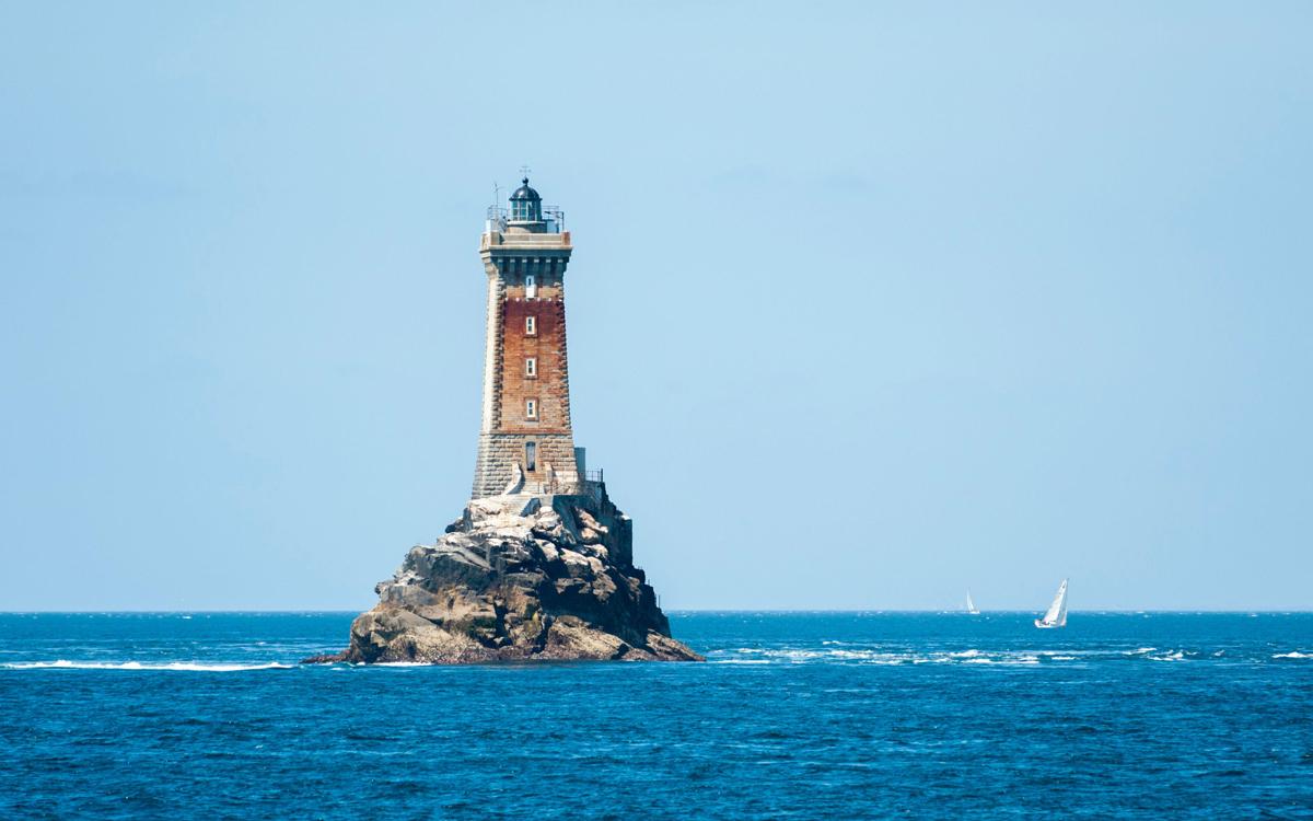 sailing-biscay-la-vielle-lighthouse-raz-de-sein-credit-Hemis-alamy