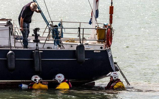 underwater-snags-sheerness-rnli-lifeboat-crew-credit-vic-booth