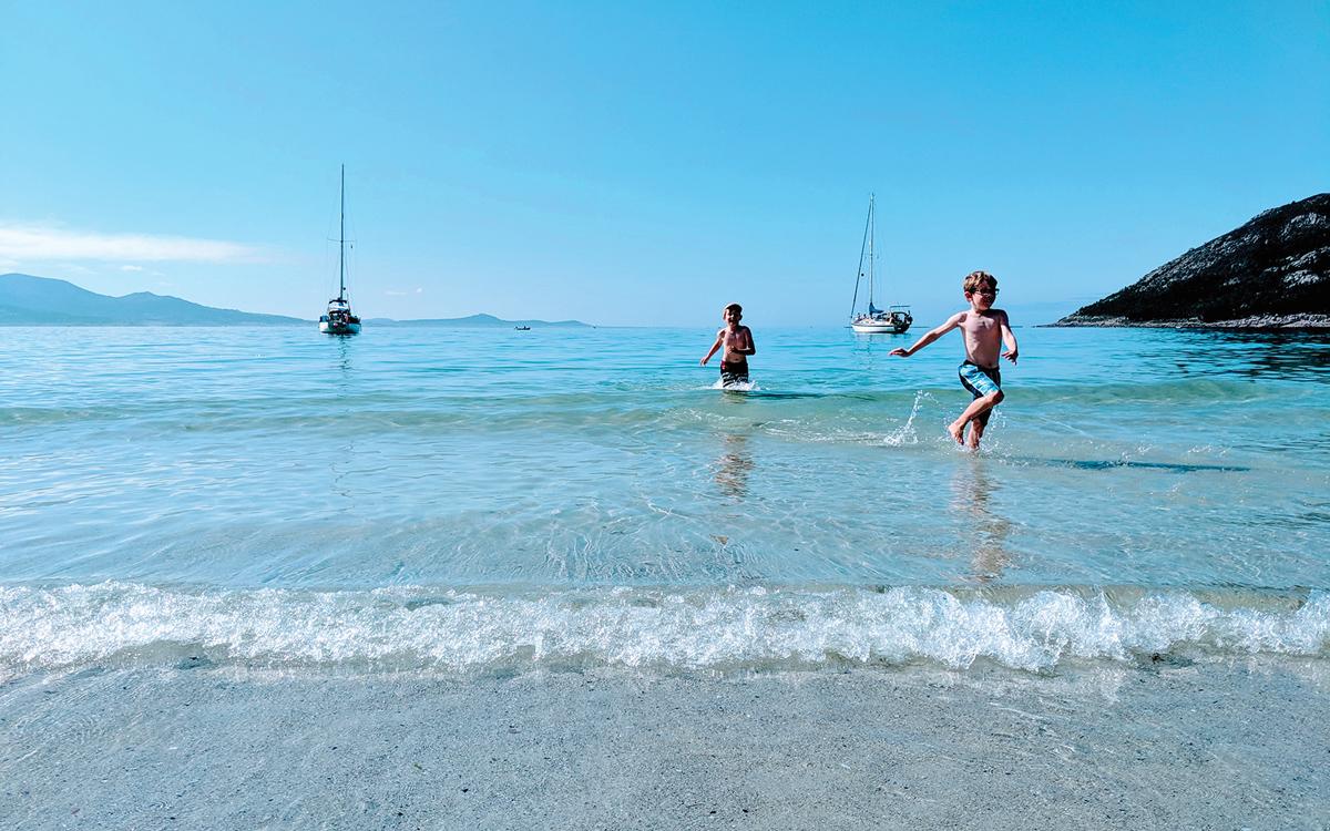 sailing-escape-bowman-40-bella-family-beach