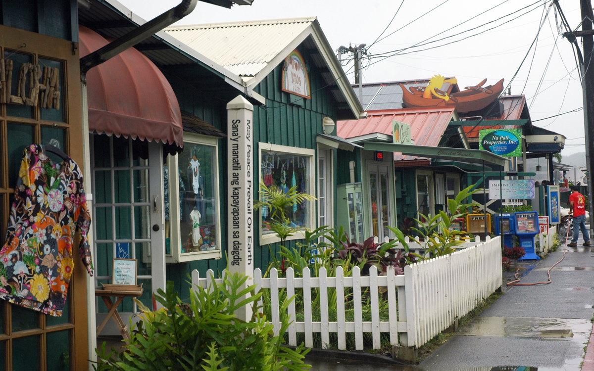 sailing-hawaii-distant-Hanalei-Kauai-credit-suzy-carmody