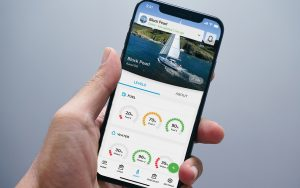 boat-monitoring-apps-sailsense-phone-in-hand