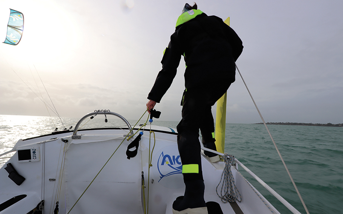 armorkite-650-boat-test-lifting-daggerboard-credit-Francois-Tregouet