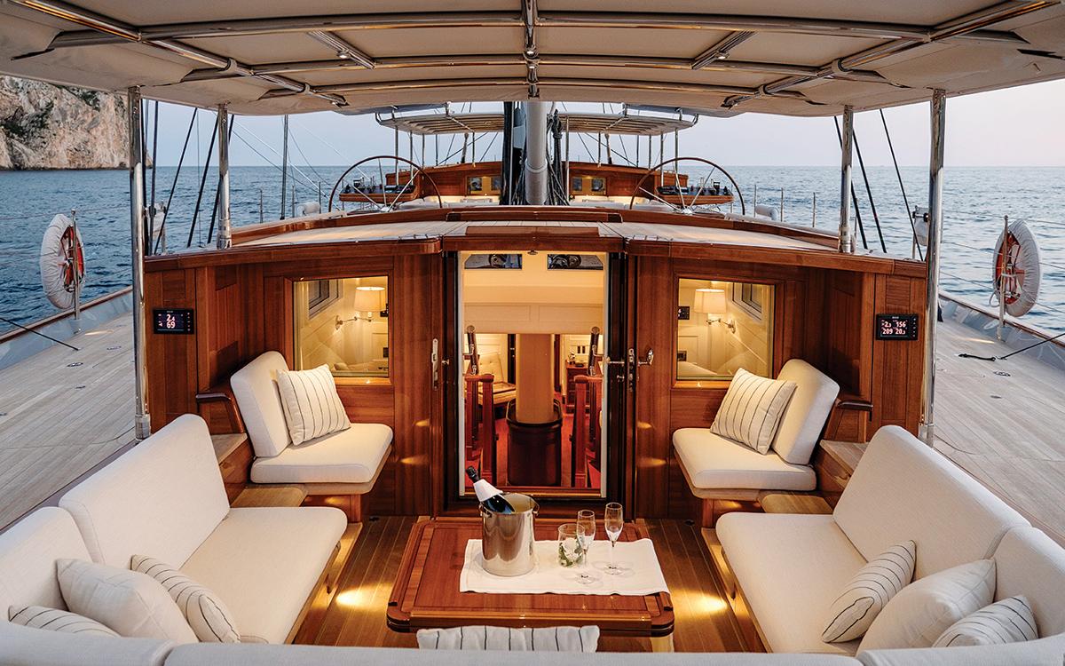 modern-classic-royal-huisman-superyacht-aquarius-aft-cockpit-credit-Carlo-Baroncini