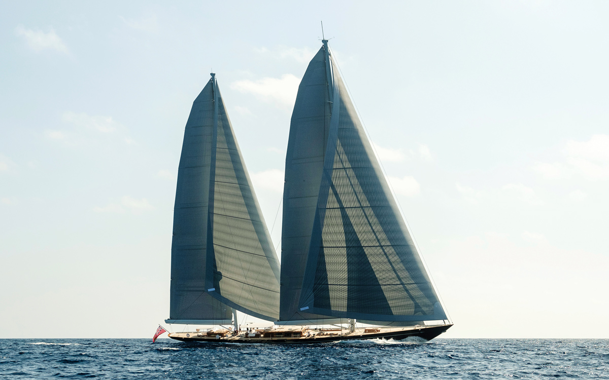 modern-classic-royal-huisman-superyacht-aquarius-side-view-credit-Carlo-Baroncini