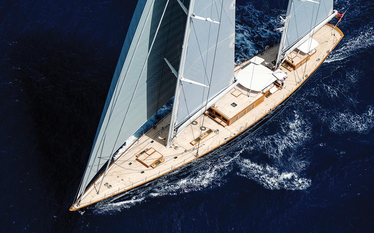 moderne-classique-royal-huisman-superyacht-aquarius-upwind-sailing-credit-Carlo-Baroncini