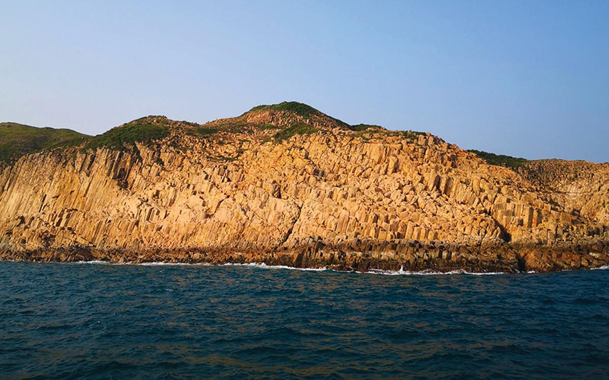 sailing-hong-kong-Bluff-Island-credit-Cameron-Dueck