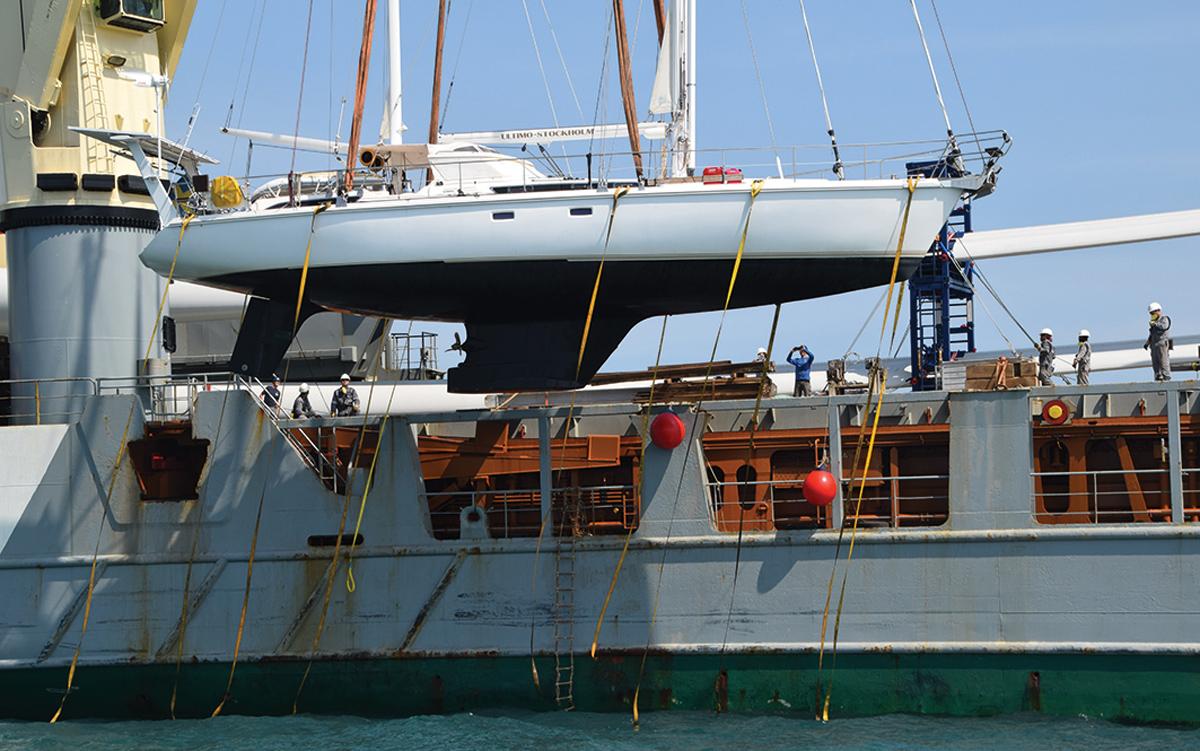 comment-naviguer-sur-l'océan-indien-Amel-56-Ultimo-transport-ship-loading-aloft