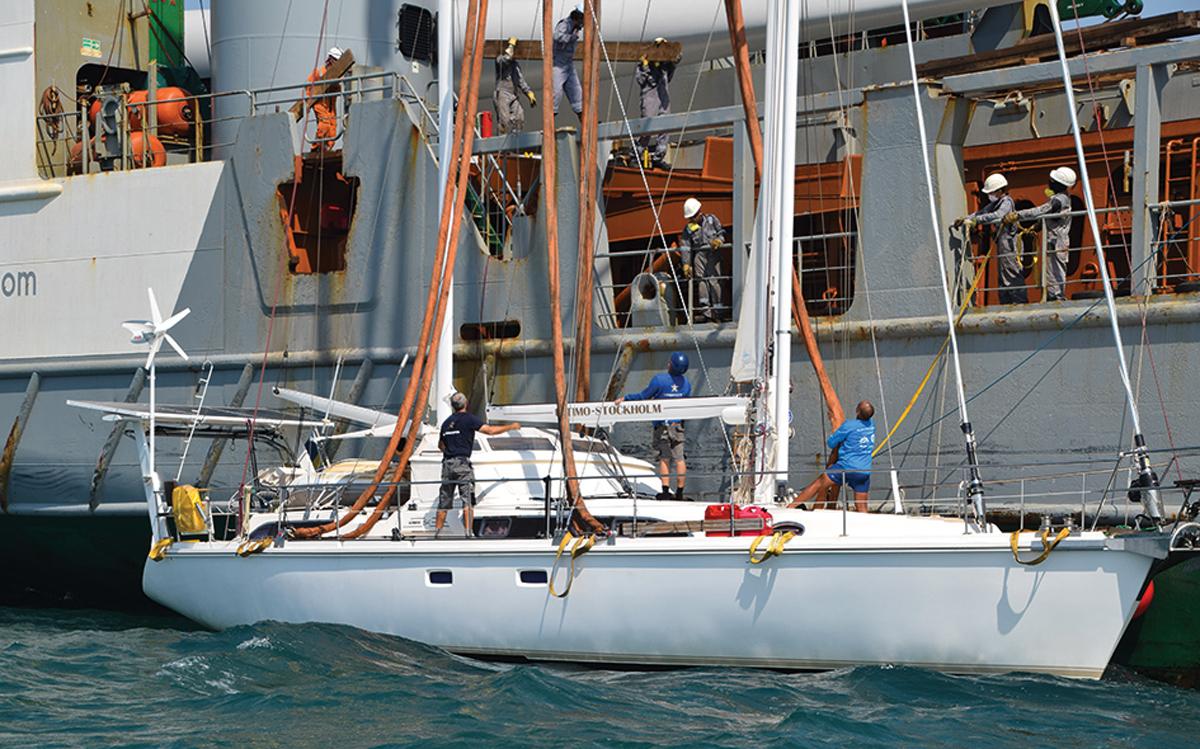comment-naviguer-dans-l'océan-indien-Amel-56-Ultimo-transport-ship-loading