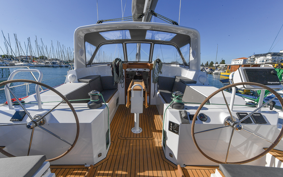 ovni-400-yacht-review-boat-test-helm-credit-Francois-Tregouet