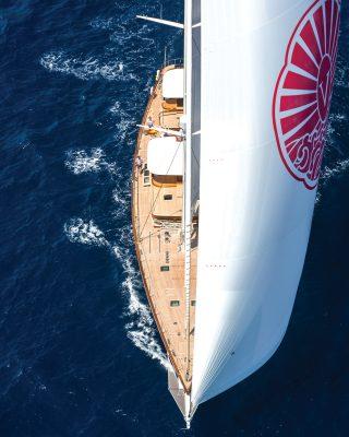 vraiment-classique-128-voile-superyacht-Vijonara-vue-aérienne-crédit-Stuart-Pearce