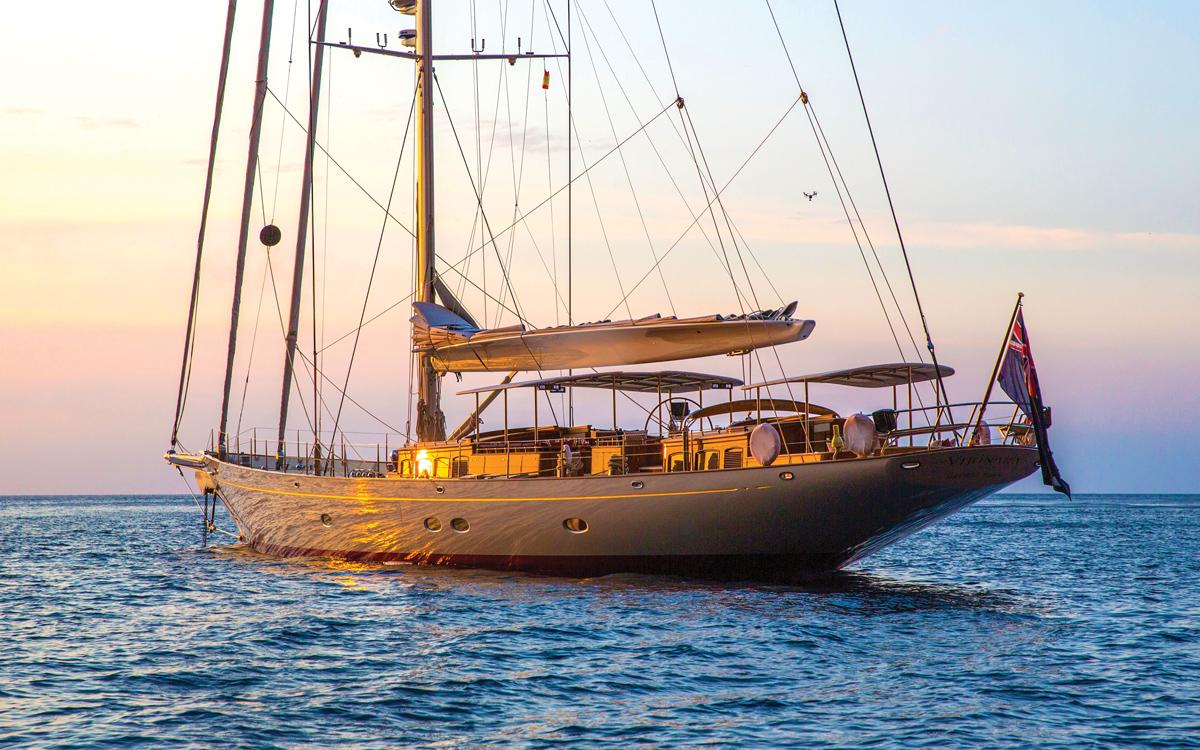 vraiment-classique-128-voilier-superyacht-Vijonara-ancré-crédit-Stuart-Pearce