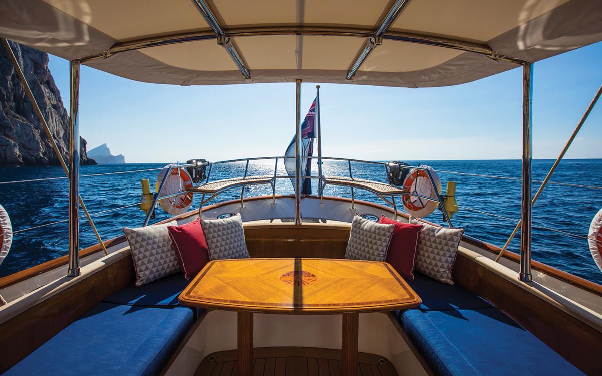 vraiment-classique-128-voilier-superyacht-Vijonara-cockpit-credit-Stuart-Pearce