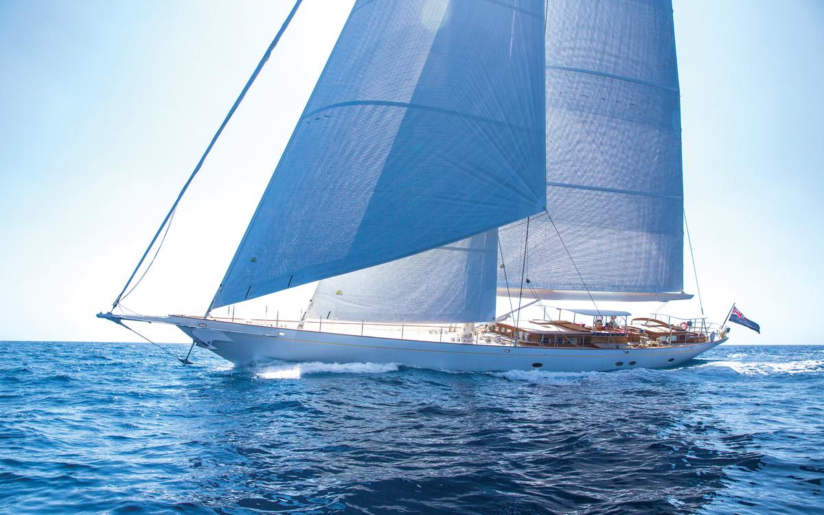 Vijonara: à l'intérieur de l'un des superyachts à voile les plus réussis au monde | Pendennis et Hoek Truly Classic 128