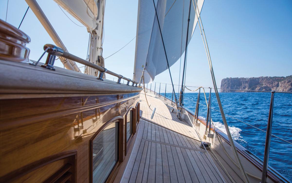 vraiment-classique-128-voile-superyacht-Vijonara-side-deck-credit-Stuart-Pearce