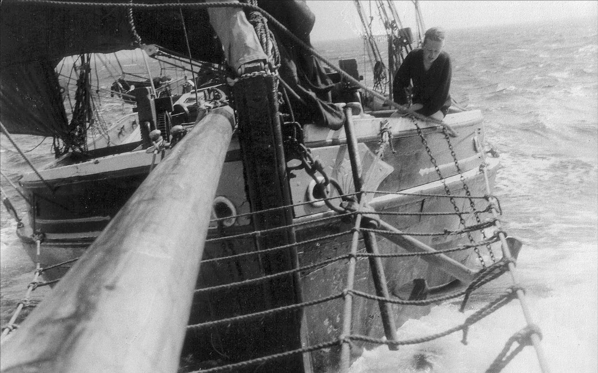 1960s-sailing-barge-houseboat-sweden-cruising-adventure-foredeck-sailing-barge-venta