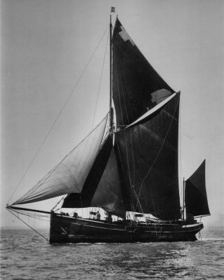 1960s-sailing-barge-houseboat-sweden-cruising-adventure-sailing-barge-venta-credit-Beken-of-Cowes