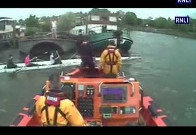 Chiswick RNLI rescuing rowers trapped River Thames