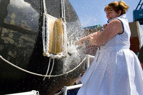 Debra Dunham已故CPL的母亲。在巴思通用动力公司巴思钢铁厂的洗礼仪式上,杰森·邓纳姆(Jason Dunham)和飞船的赞助商在阿利·伯克级导弹驱逐舰(Arleigh Burke Class)的船头上打碎了一瓶香槟酒。缅因州。邓纳姆死后获得国家最高军事荣誉,4月14日的荣誉勋章,2004年在卡拉比拉,伊拉克