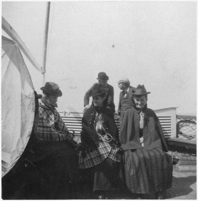 三个男人两个女人在甲板上