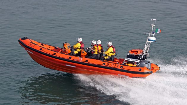 Cowes Lifeboat rescued an unlit yacht from Solent shipping lane