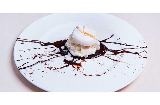 Meringue with chocolate sauce and vanilla ice cream