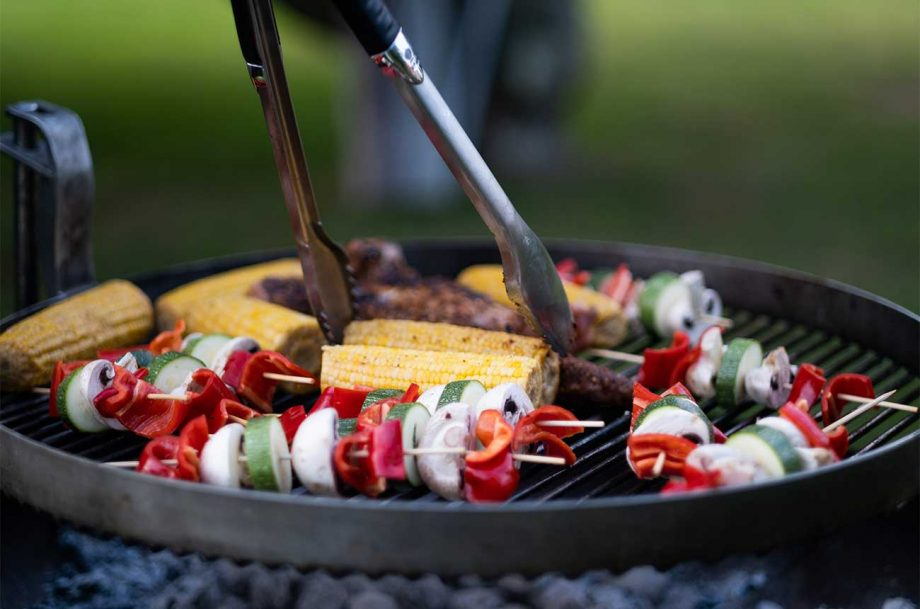 Cooking corn, skewers and bregers on a BBQ