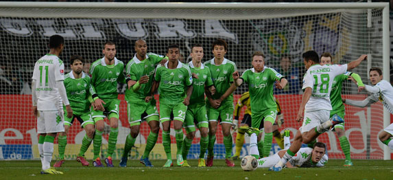 wolfsburg-defend-free-kick