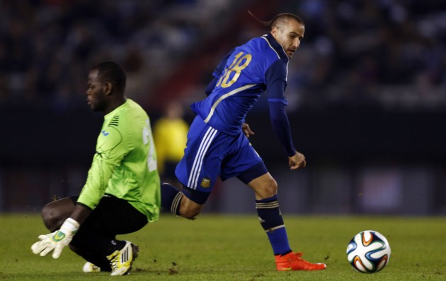 Argentina's Palacio eludes Trinindad and Tobago's goalkeeper Williams before making a pass for his team's third goal during their international friendly soccer match ahead of the 2014 World Cup in Buenos Aires