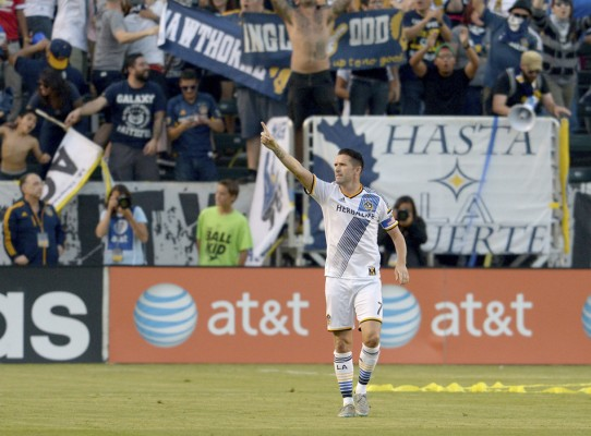 Perfect first touch by Robbie Keane before coolly finishing in friendly - World Soccer