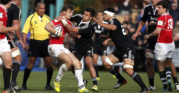 Black sea: Josh Bassett struggling to avoid the Maori All Blacks' defense