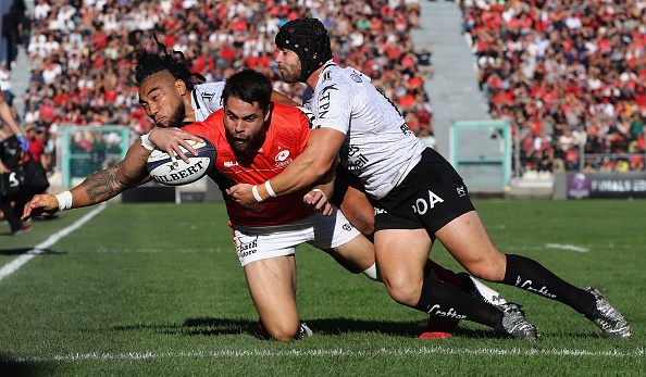 Top clash finish: Sean Maitland about to touch down under pressure.