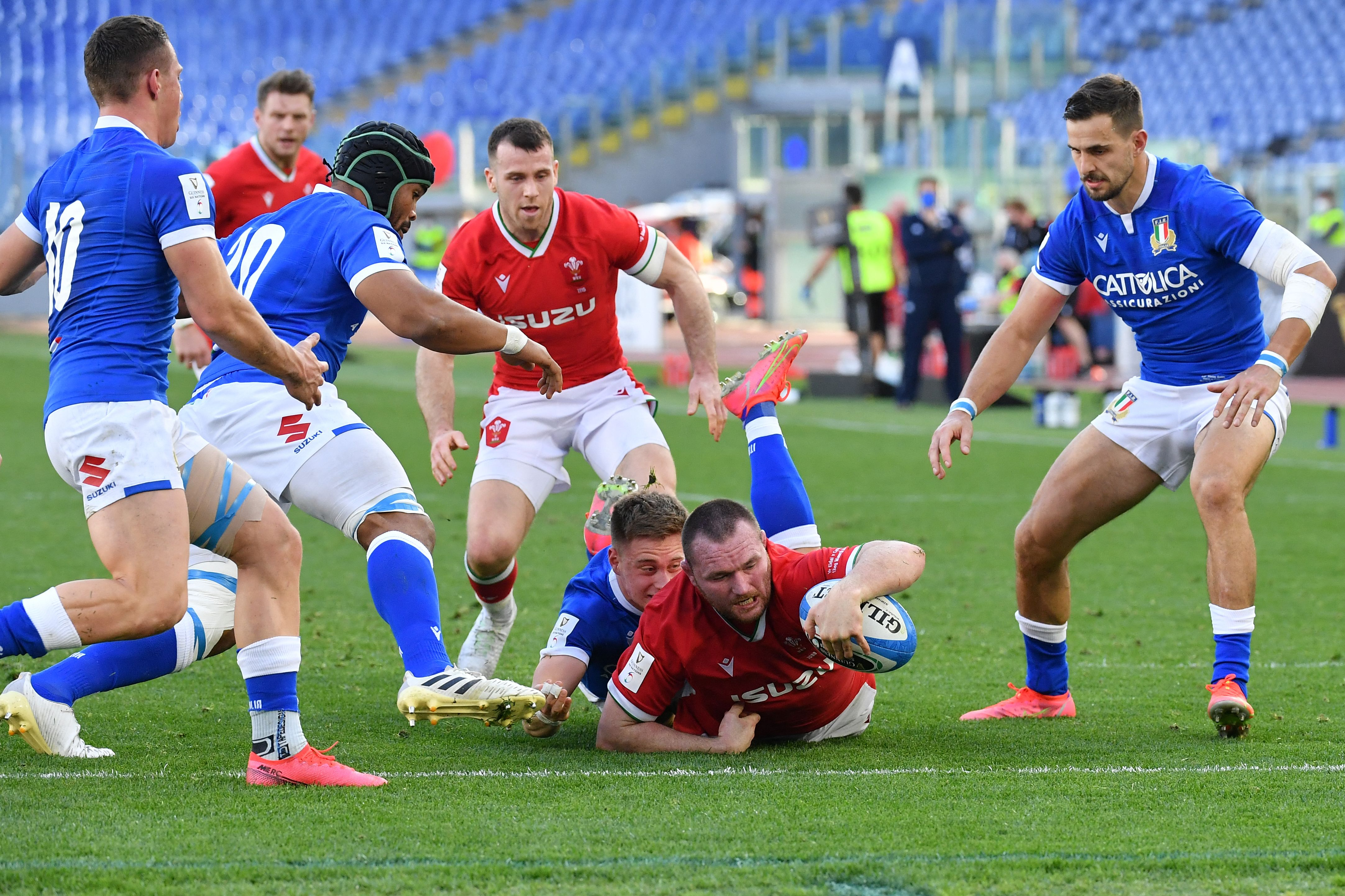 Double for Owens as Wales brush Italy aside to close in on a Grand Slam