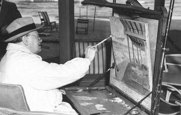 Winston Churchill enjoying his painting hobby at the Miami Surf Club in the US in February 1946 (©Alamy)