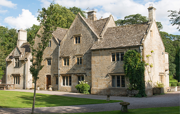 Splendid country houses for sale in the cotswolds for Manors for sale in usa