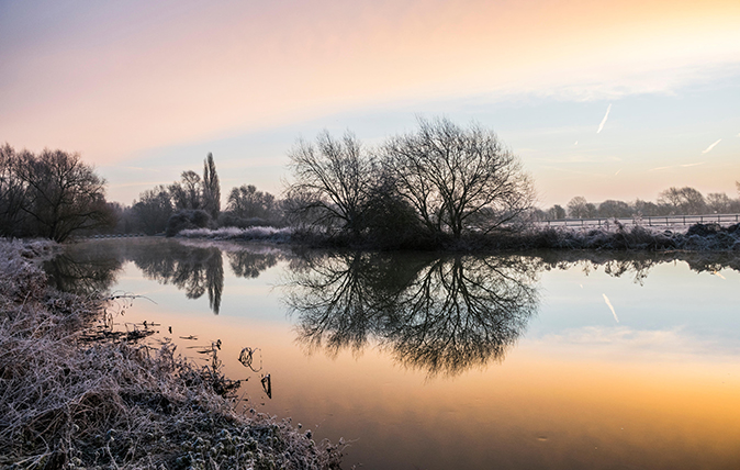 Brampton, Cambridgeshire. 23rd Jan, 2015. UK Weather: 23 January 2015, Brampton, Cambridgeshire, UK. Frosty conditions with the clouds and trees reflected in the still water of the River Great Ouse, after overnight temperatures well below zero.