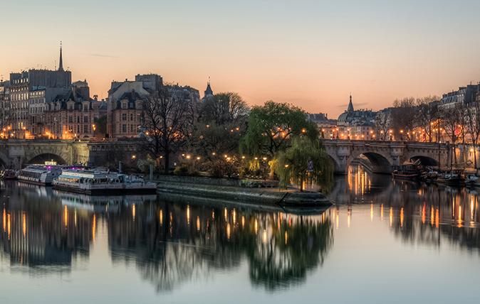 The Île de la Cité as seen from the Pont des Arts shortly before sunrise, Paris, France