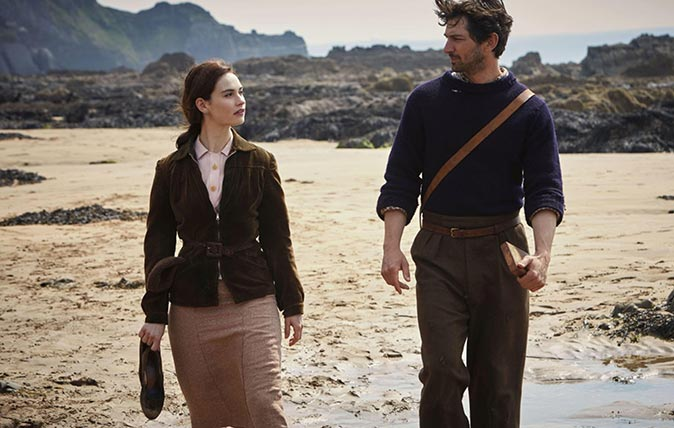 MFRC28 THE GUERNSEY LITERARY AND POTATO PEEL PIE SOCIETY (2018) LILY JAMES MICHIEL HUISMAN MIKE NEWELL (DIR) STUDIOCANAL/MOVIESTORE COLLECTION LTD