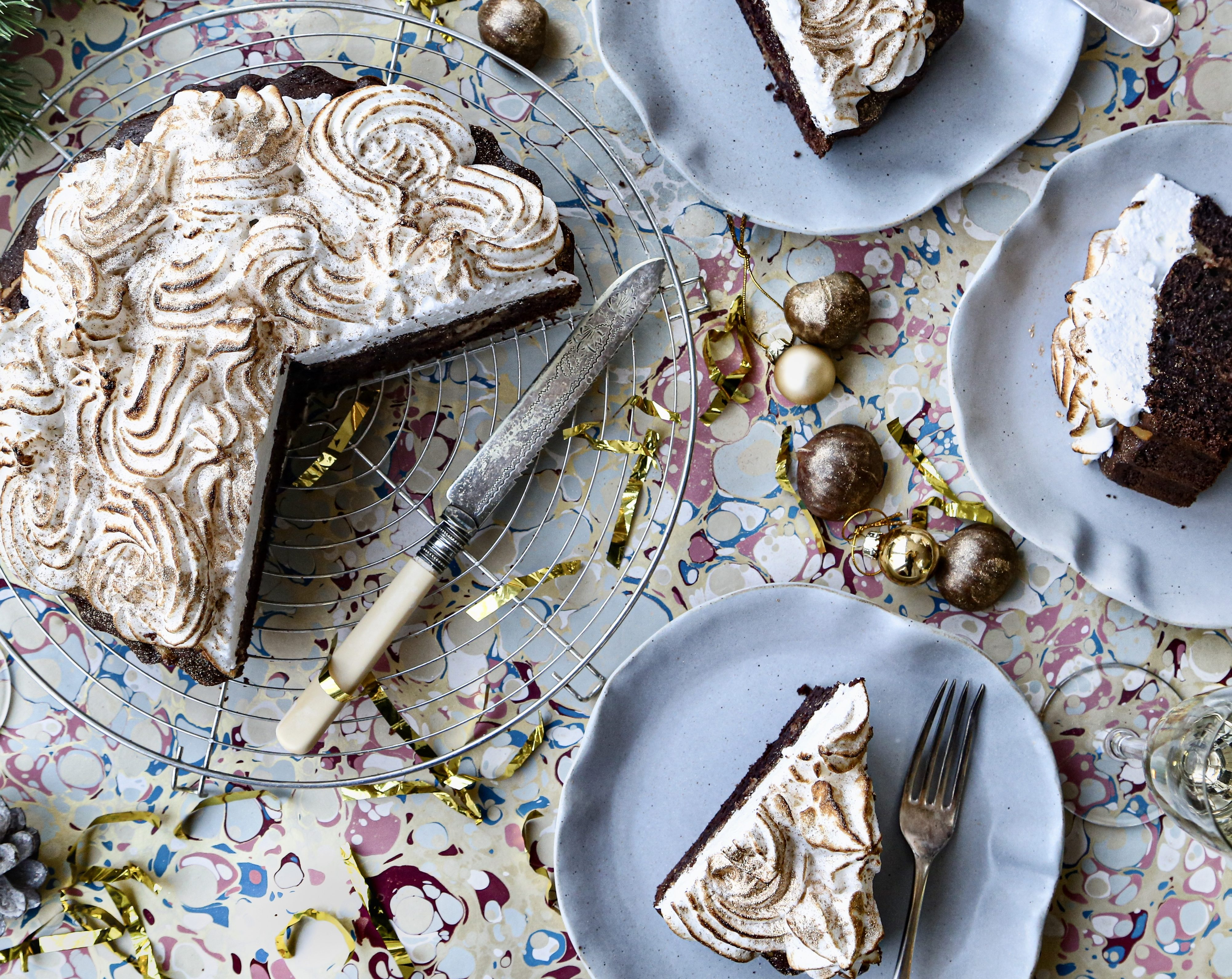 How to make a delicious chestnut chocolate cake with a fluffy meringue topping